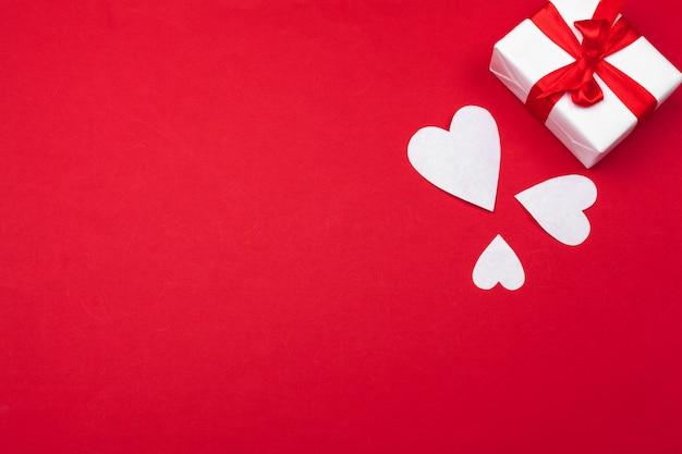 Corações de papel vermelho, caixa de presente. dia dos namorados amor. copie o espaço, configuração plana