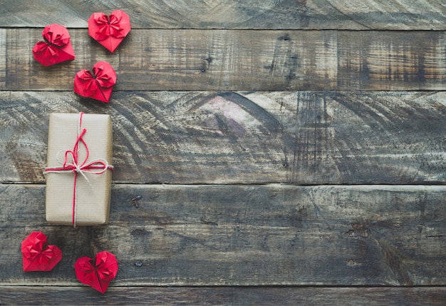 Corações de papel vermelho com presente