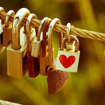 Corações de papel vermelho dia dos namorados ficar no cadeado