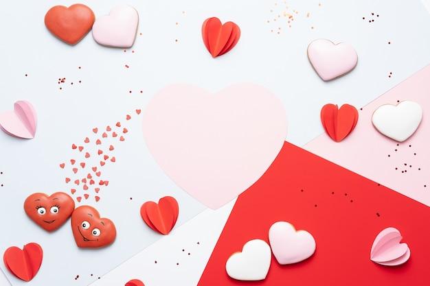 Corações de papel vermelho e rosa