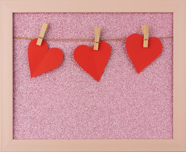 Corações de papel vermelho esculpido pendurado em uma corda marrom
