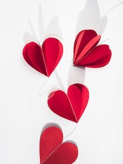 Corações de papel vermelho na mesa