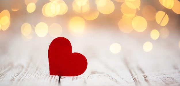 Corações de papel vermelho sobre fundo claro bokeh, dia dos namorados