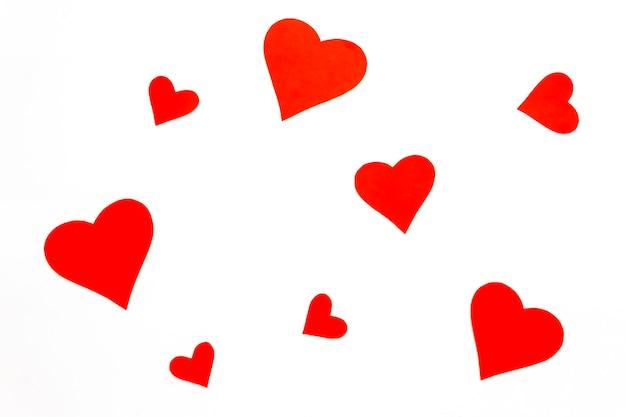 Corações de papel vermelho sobre um fundo branco