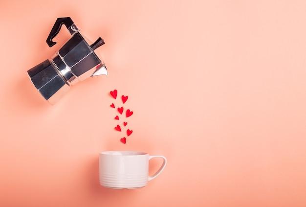 Corações derramando de uma cafeteira géiser em uma xícara. conceito de dia dos namorados. design minimalista. vista superior, disposição plana, espaço para texto.