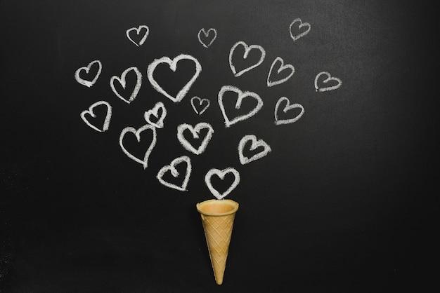 Corações desenhados e waffle cone