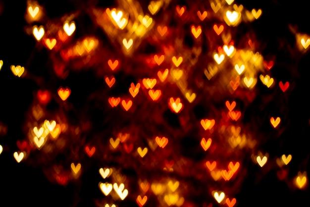 Corações desfocados em fundo escuro