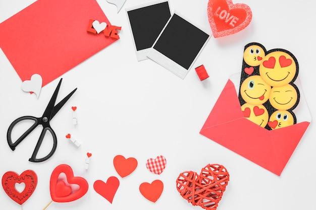 Corações diferentes com envelope na mesa
