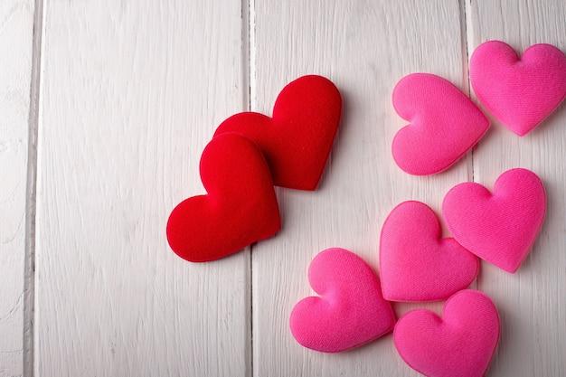 Corações do dia dos namorados em um branco de madeira. conceito dos namorados