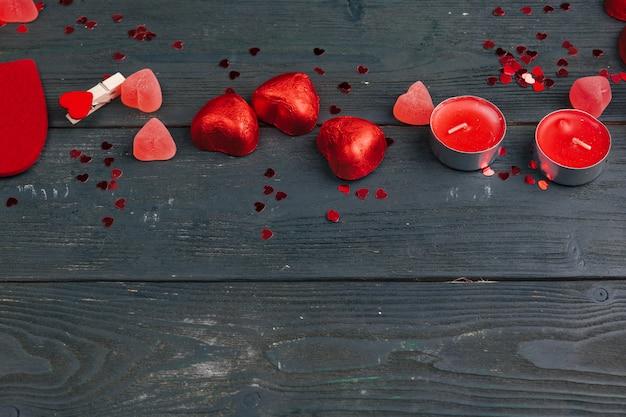 Corações dos doces no fundo de madeira, dia de valentim.