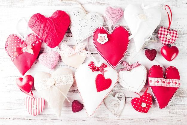 Corações dos namorados feitos à mão na mesa de madeira surrada