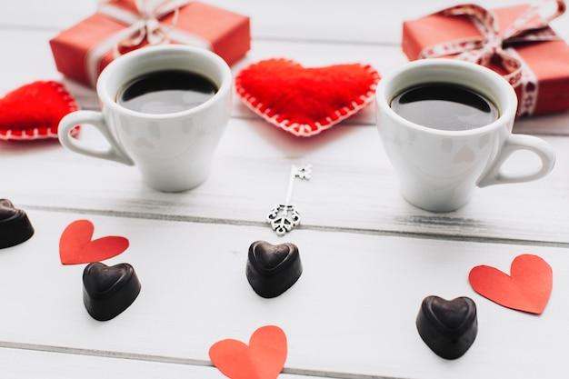 Corações e copos de café