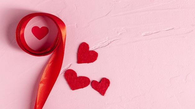 Corações e fita vermelha copiam o espaço