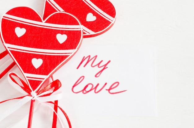 Corações e notas de madeira meu amor na tabela rústica leve.