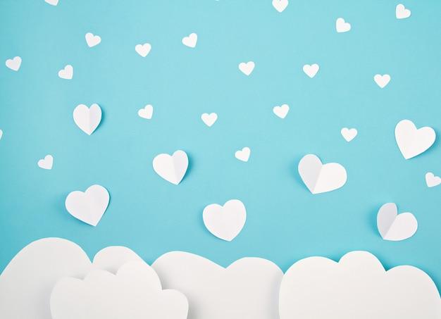 Corações e nuvens de papel branco. sainte valentine, dia das mães, cartões de aniversário, convite, conceito de celebração