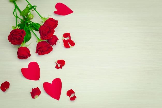 Corações e pétalas de dia dos namorados