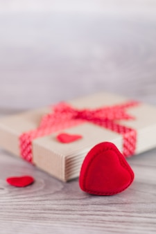 Corações e presente no dia dos namorados
