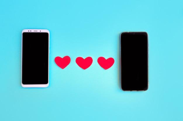 Corações e smartphone. conceito de gostar nas redes sociais ou aplicativo de namoro