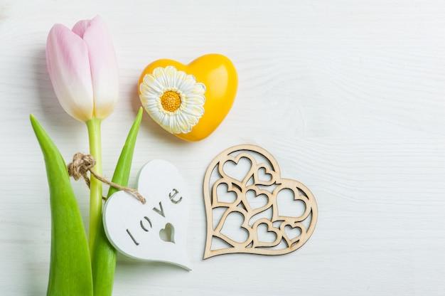 Corações em fundo branco de madeira