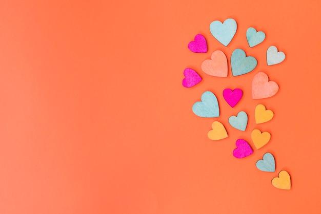 Corações em fundo laranja e copie o espaço
