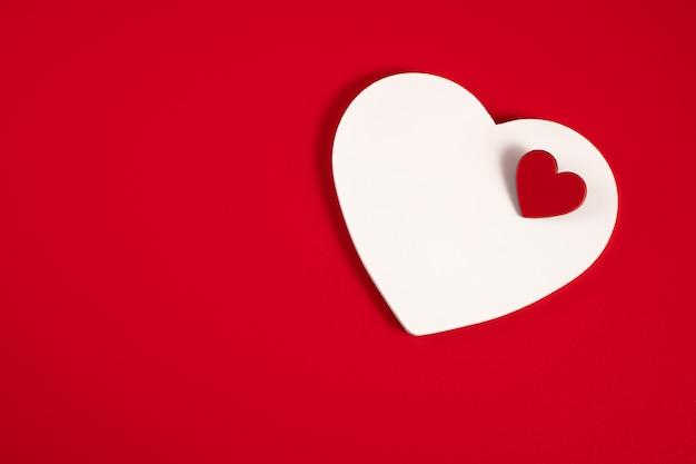 Corações em um vermelho