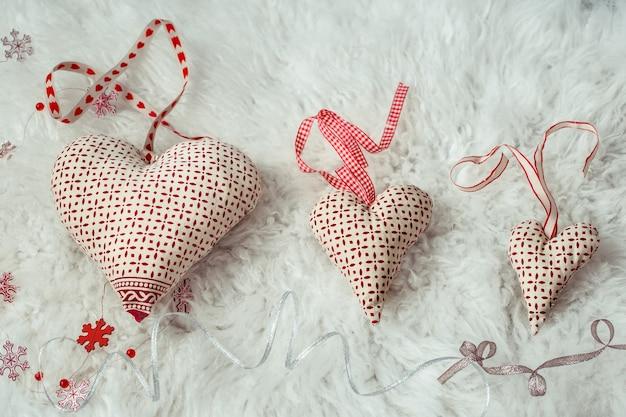 Corações feitos de tecido artesanal, vista superior, postura plana.