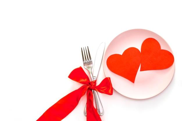 Corações, fitas e talheres vermelhos