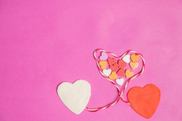 Corações grandes no fundo rosa com espaço para texto, ícone de amor, dia dos namorados