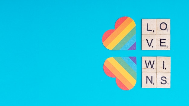 Corações multicoloridos e lema lgbt love wins