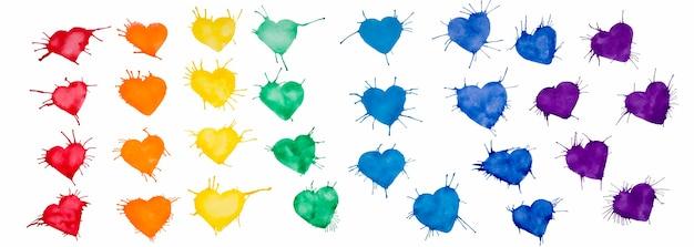 Corações multicoloridos pintados em aquarela sobre um fundo branco