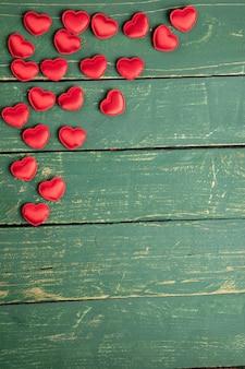 Corações na mesa de madeira verde