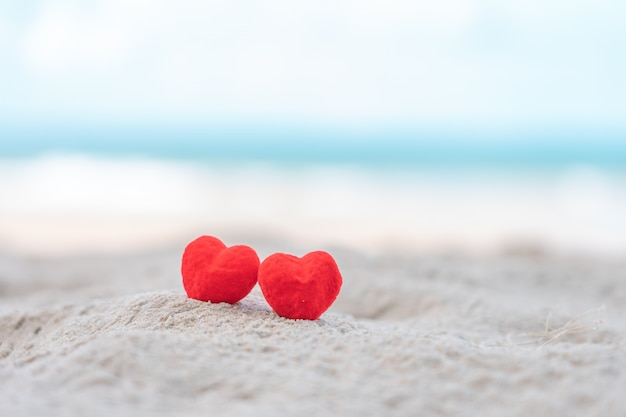 Corações na praia de areia