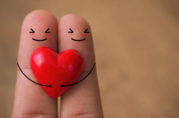 Corações no dedo.