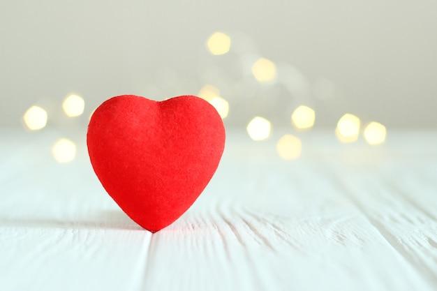 Corações no fundo das luzes de uma guirlanda