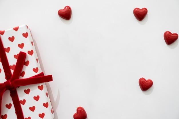 Corações pequenos e caixa de presente