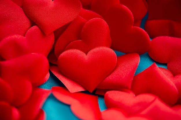 Corações sobre um fundo azul. adivinhação. conceito de amor