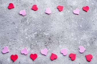 Corações vermelhas e cor-de-rosa no fundo de pedra. Fundo de dia dos namorados para cartão postal