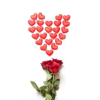 Corações vermelhos como forma e rosas vermelhas. cartão de dia dos namorados.