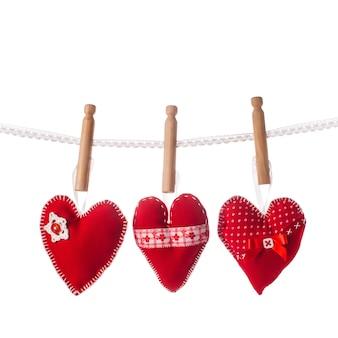 Corações vermelhos costurados à mão em renda isolada