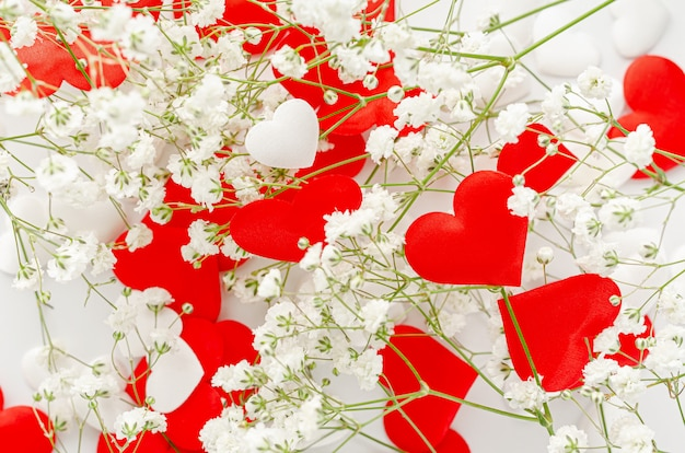 Corações vermelhos decorados com flores