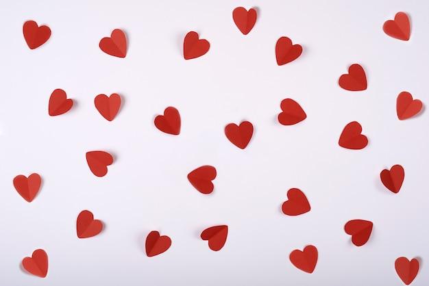 Corações vermelhos do papel em um fundo branco. dia dos namorados.
