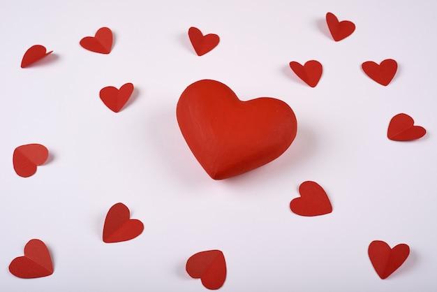 Corações vermelhos do papel em um fundo branco. dia dos namorados