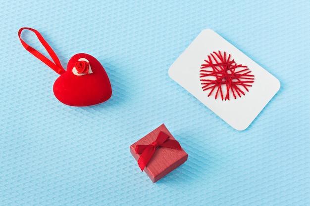 Corações vermelhos e anel em um fundo azul