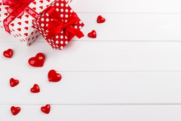 Corações vermelhos e caixas de presente