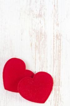Corações vermelhos em branco