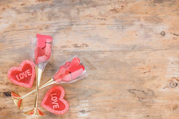 Corações vermelhos em copos na mesa