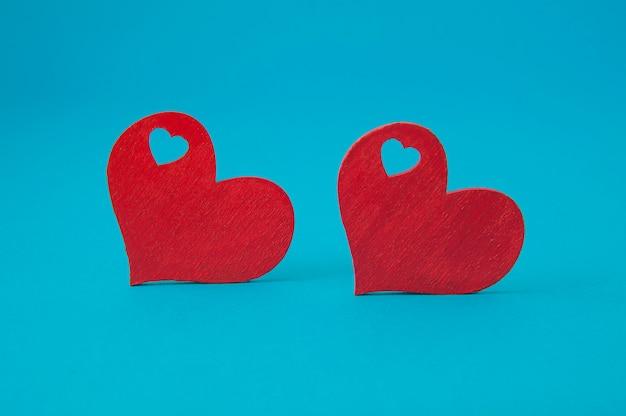 Corações vermelhos em fundo azul