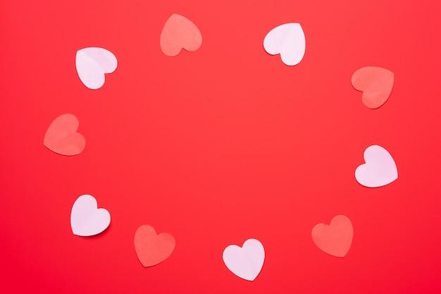 Corações vermelhos em fundo de papel vermelho, conceito de dia dos namorados