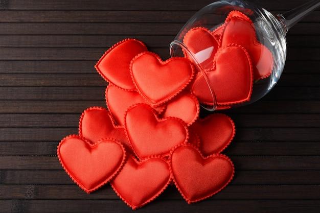Corações vermelhos em um copo