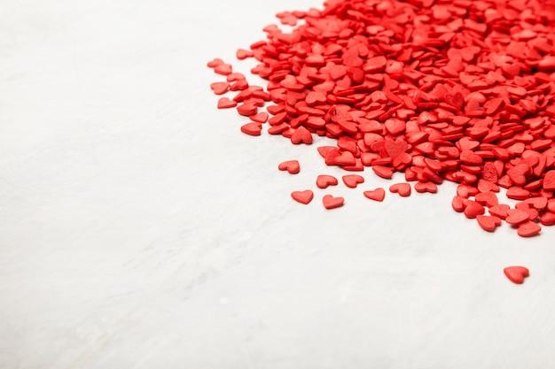 Corações vermelhos em um fundo branco. copie o espaço. fundo de alimentos